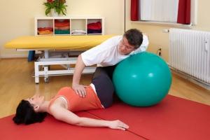 fizjoterapeuta ćwiczy z pacjentem